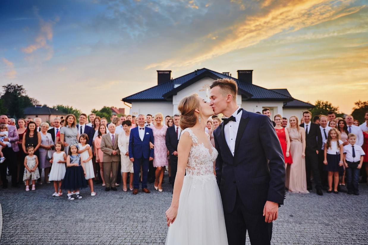 pocalunek przed domem weselnym Wincentow
