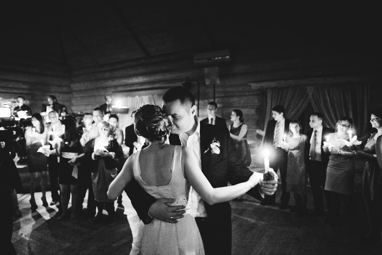 taniec przy swiecach na weselu