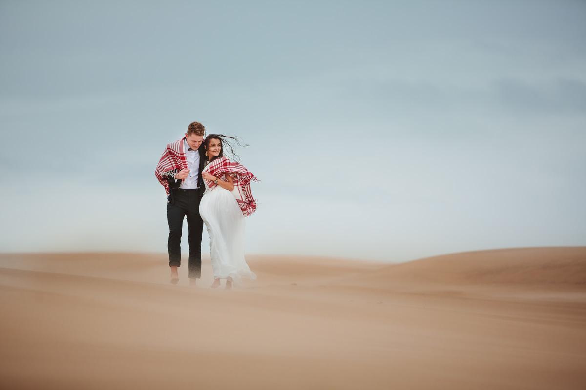 wydmy w Łebie i para ślubna